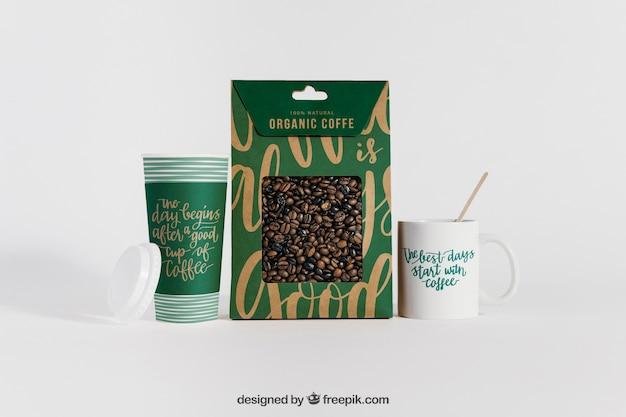 コーヒーカップの間の袋のモックアップ