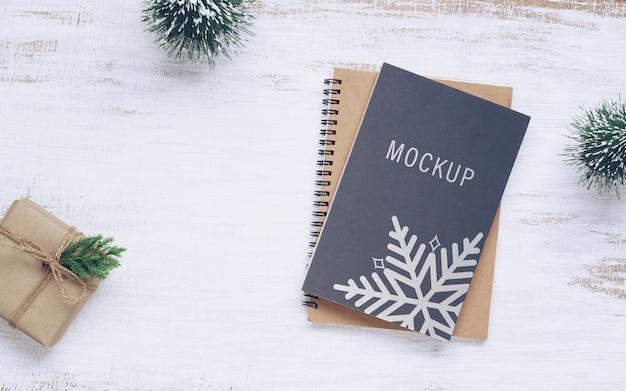 크리스마스 선물 상자가있는 책 표지 모형
