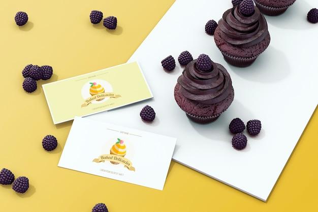 ケーキのコンセプトを持つカードのモックアップ