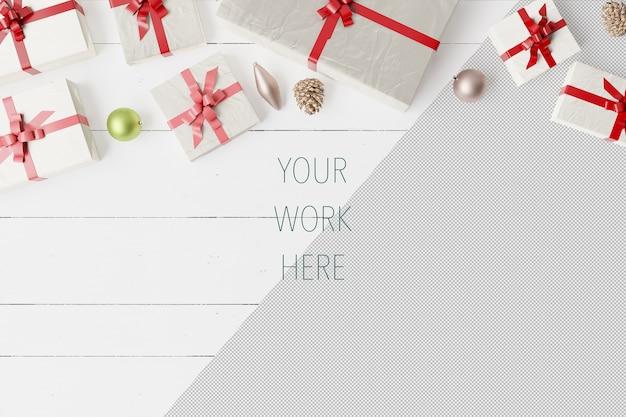 ボールと装飾が施されたクリスマスギフトボックスのモックアップ