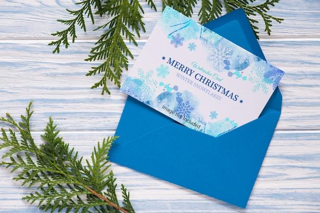 크리스마스 인사말 카드와 전나무 가지 모형