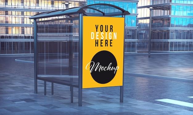 市内中心部のバス停での商業ポスターのモックアップ