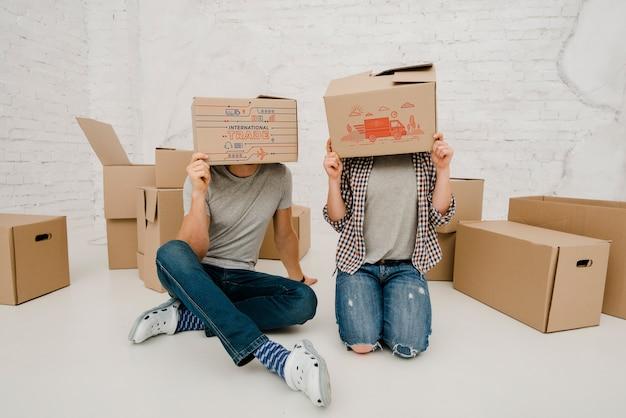 Макет пара с картонными коробками