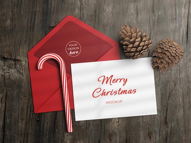 ホリデーグリーティングカードのチラシとクリスマスの装飾がフラットな封筒のモックアップが分離されました