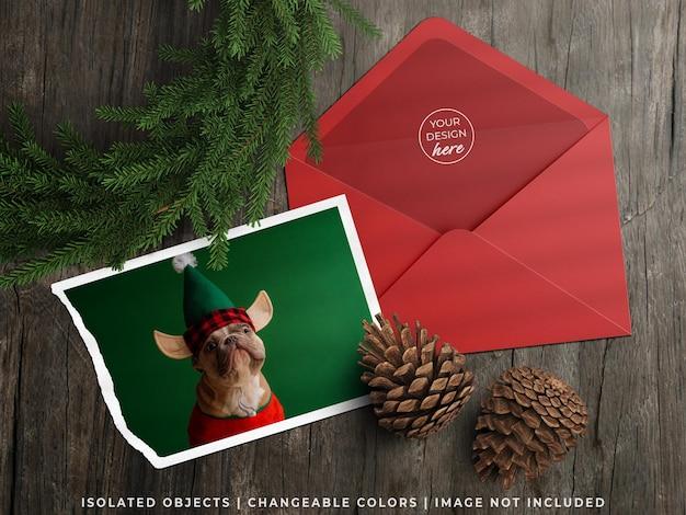 휴일 인사말 카드 전단지와 크리스마스 장식이 있는 봉투 모형은 평평하게 놓여 있습니다.