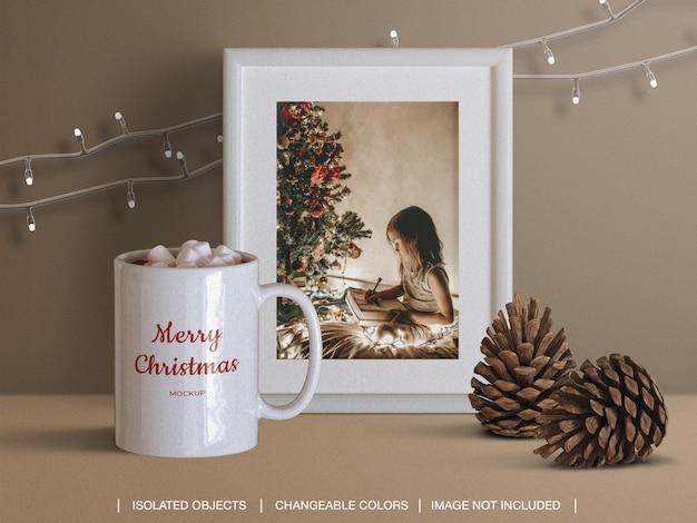 コーンとクリスマスライトと休日のグリーティングフォトカードフレームとマグカップのモックアップ