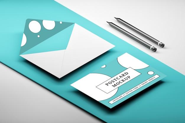 青のメッセージカードで開かれた封筒の等尺性配置のモックアップ