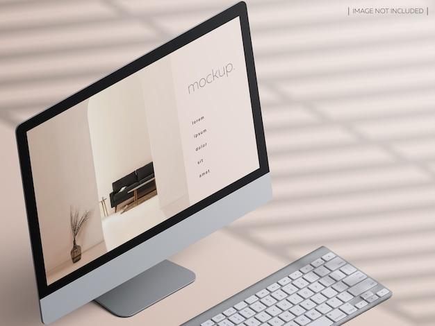 키보드가있는 아이소 메트릭 데스크톱 컴퓨터 장치 화면의 모형