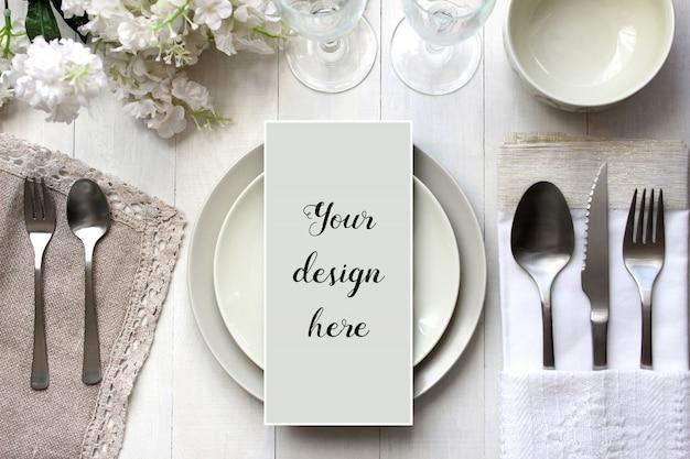 배열 된 테이블에 메뉴 카드의 모형