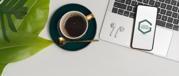 Макет смартфона, беспроводных наушников и кофейной чашки