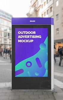 ブラックフレームスタンドでストリートシティ屋外広告垂直看板ポスターのモックアップ