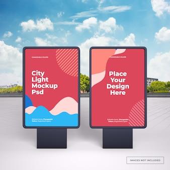 Макет двух черных вертикальных наружных рекламных стендов на улице города