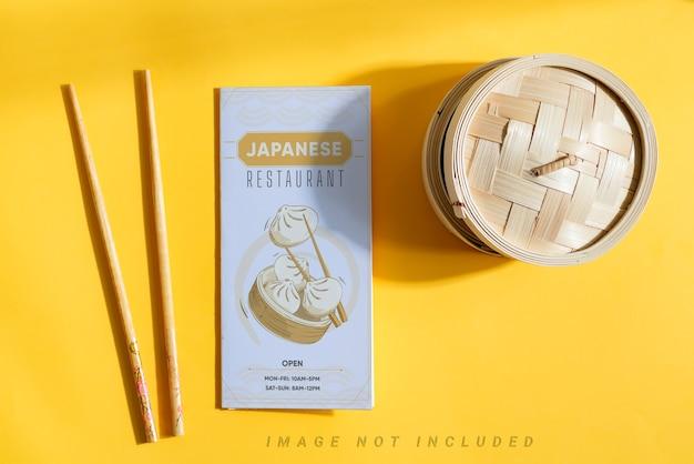 Брошюра из макета бумаги с деревянными палочками и плетеной коробкой