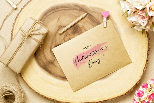 モックアップはがきとバレンタインデーの丸太の封筒