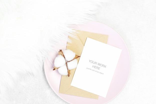 封筒とピンクのプレートに綿のモックアップはがき