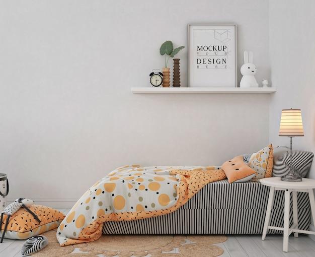 オレンジ色のベッドと子供の寝室のモックアップポスターフレーム