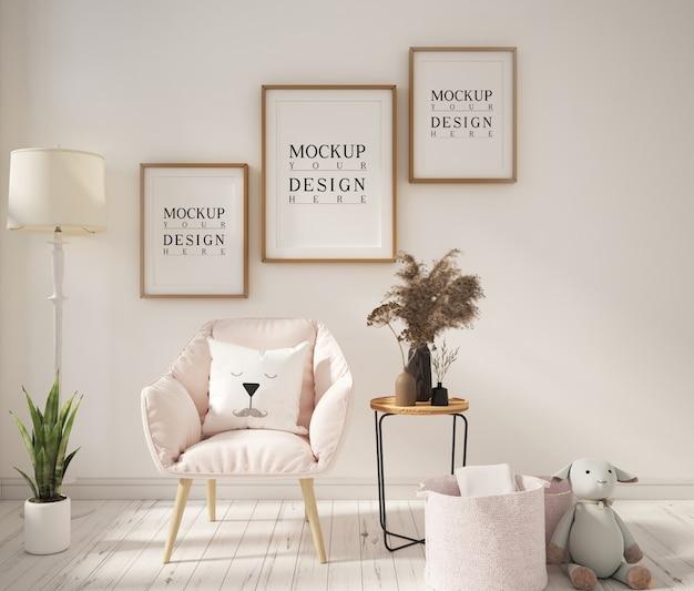 アームチェア付きのモダンなリビングルームのモックアップポスターフレーム