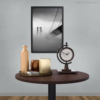部屋のモダンなインテリアに立っている空のフレームのモックアップポスターフレーム