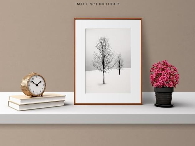 リビングルームのモダンなインテリアに立っている空の木製フレームのモックアップポスターフレーム。