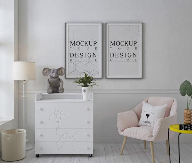 분홍색 의자가있는 흰색 보육실의 모형 포스터 프레임