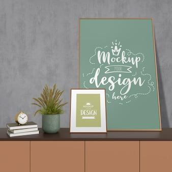 リビングルームのモダンなインテリアに家を飾るモックアップポスターフレーム。