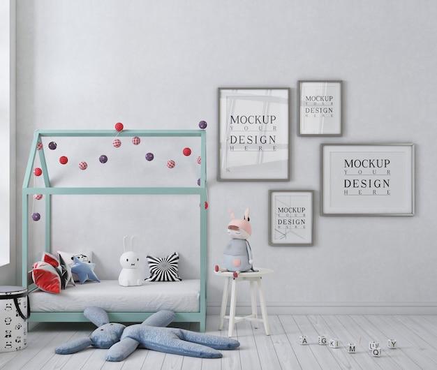 포스터 침대가있는 흰색 아이의 침실에있는 모형 포스터