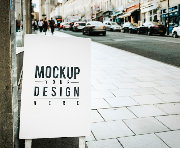 Плакат с макетами на внешней стороне магазина