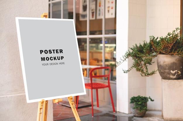 레스토랑 앞에있는 모형 포스터 특별 프로모션