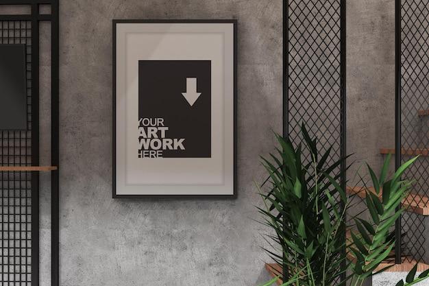 Макет плаката с тв-дисплеем в дизайне интерьера промышленного помещения с текстурой цементной стены и растением
