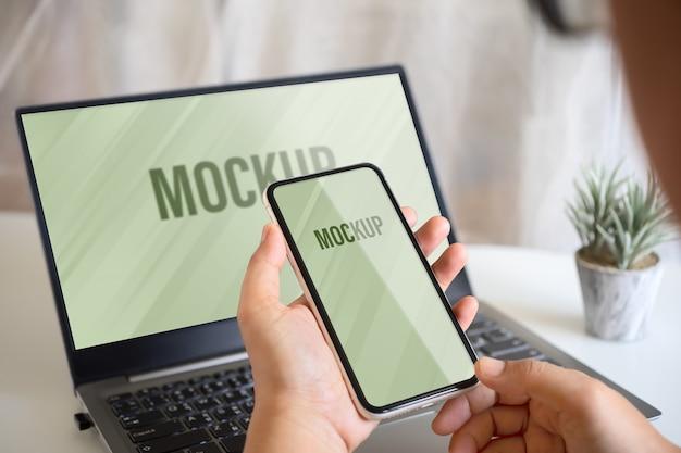 목업 스마트 폰 및 노트북, 모바일 및 노트북을 사용하는 사람 재택 근무