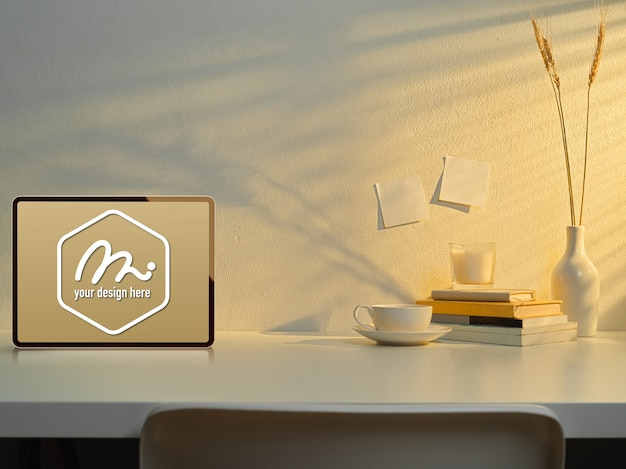 装飾が施された作業台のモックアップタブレット