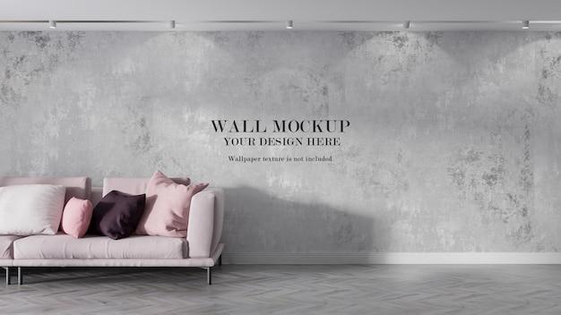 ピンクのソファの後ろのモックアップ壁