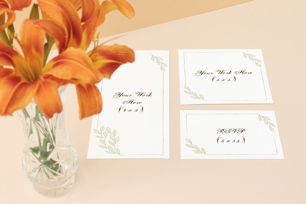 베이지 색 배경에 모형 웨딩 메뉴, 초대 카드 및 감사 카드