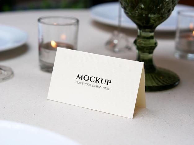 結婚式のテーブルの設定で白い空白のカードのモックアップ