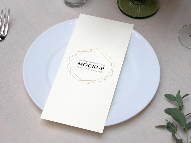 結婚式のテーブルの設定で白い空白のスペースカードのモックアップ