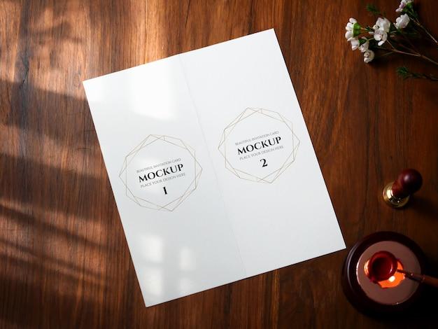 모형 흰색 빈 공간 메뉴에 대한 접힌 카드.