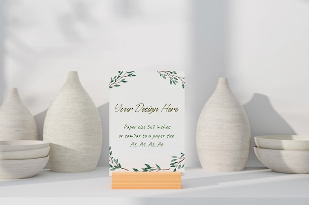 テーブルの上に白いモックアップグリーティングカード立って