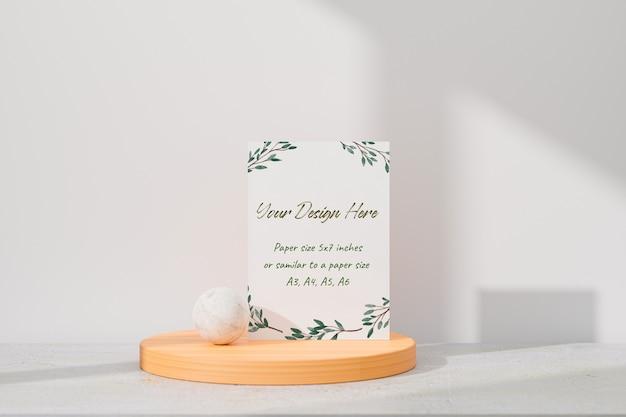 Макет белой открытки, стоящей на столе