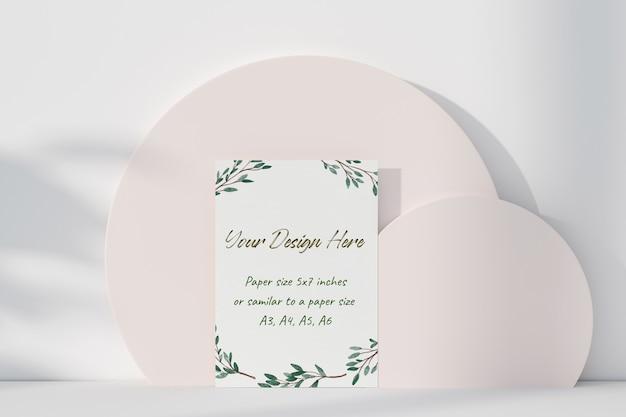 테이블에 서있는 모형 흰색 인사말 카드