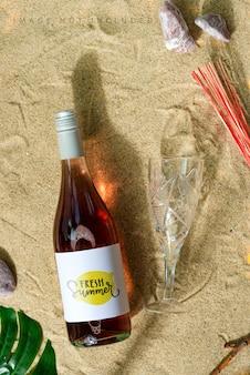 해변에서 모형 와인 병.