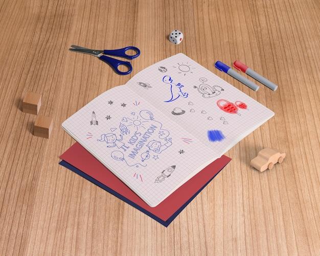 Макет со сложенной бумагой и креативными элементами
