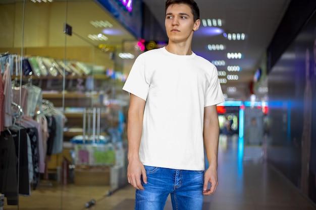 실내 남자의 목업 티셔츠