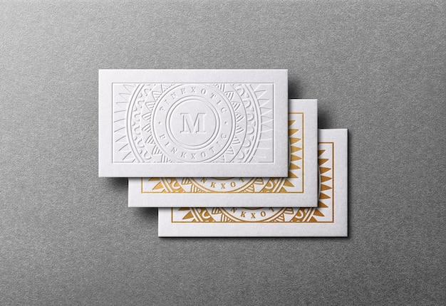 黄金の活版効果を持つモダンで豪華な名刺のモックアップ