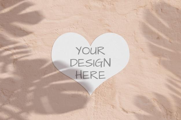 Современная и стильная открытка или приглашение макет с тропической монстера оставляет тень