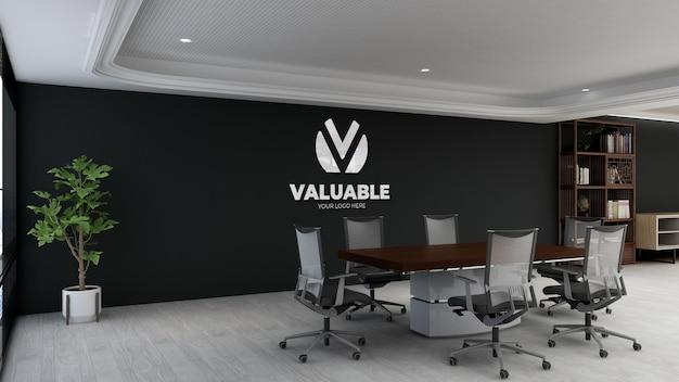 Современный дизайн конференц-зала с черной стеной и логотипом