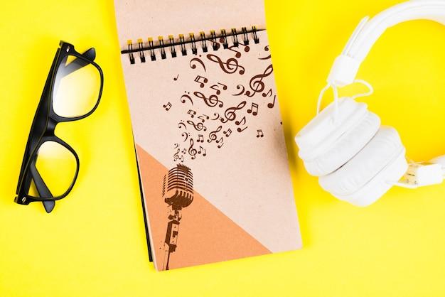 Dispositivo e notebook moderni per musicista