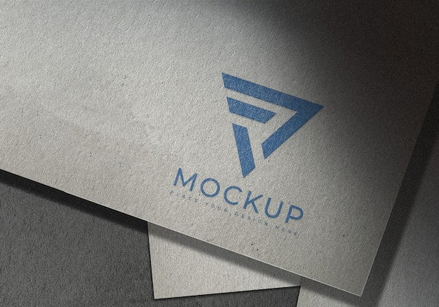 질감 된 종이 표면에 현대 로고 모형