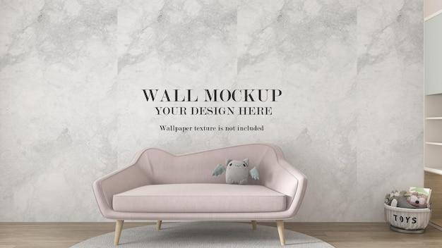 Современный бледно-розовый диван перед стеной макета