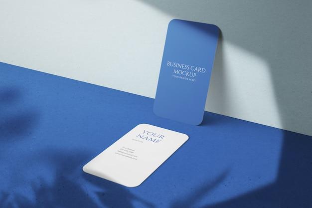 モダンなスタイリッシュな青い編集可能なプロ縦型名刺psdモックアップ