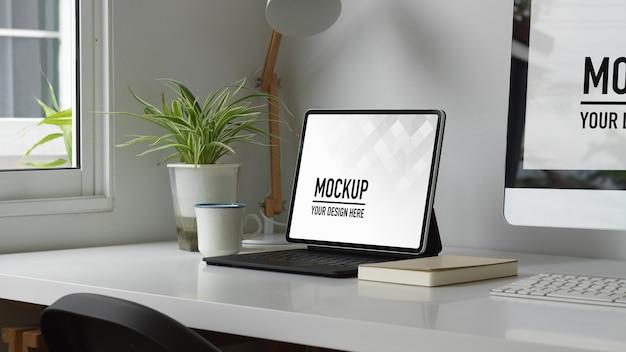 Современный белый концептуальный домашний офис с макетом цифрового планшета